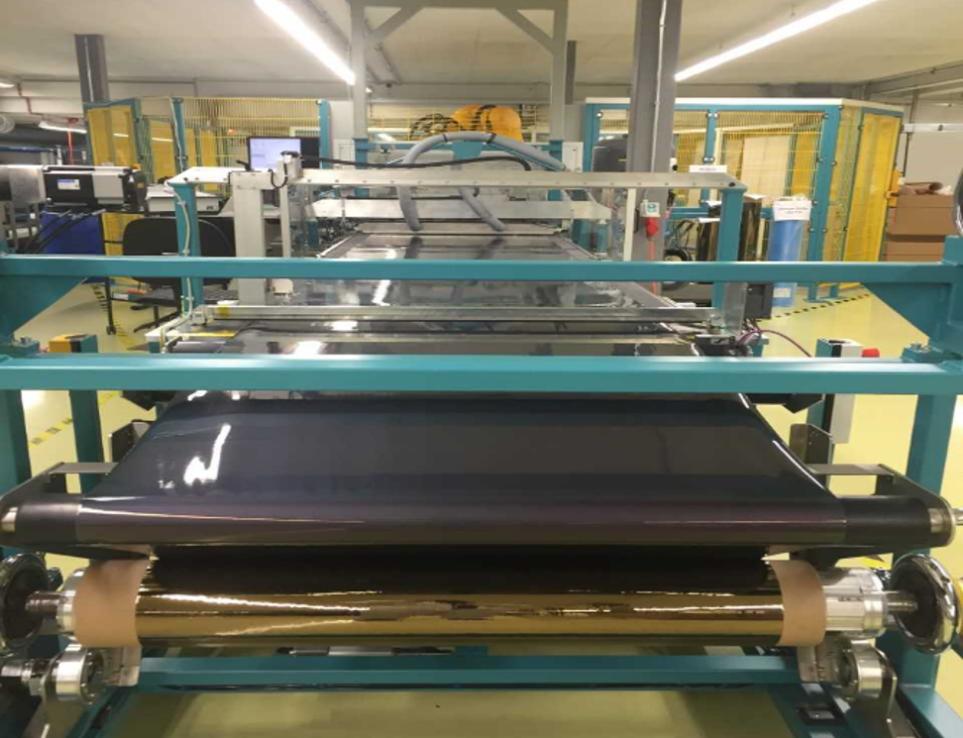Rolle-zu-Rolle-Fertigung von Solarmodulen auf 1 Meter breiten Kunststoffrollen von mehreren hundert Metern Länge in der Flisom-Fabrik.